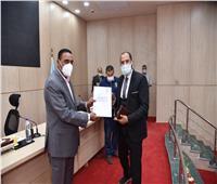 محافظ مطروح يسلم 83 عقد تمليك أراضي للمواطنين