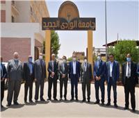 لجنة «الأعلى للجامعات» تتفقد مبنى كلية الصيدلية بجامعة الوادي الجديد