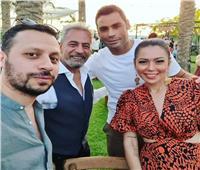 الاورنج يجمعنا.. ظهور هنا شيحا و لقاء الخميسي بنفس الفستان في زفاف محمد فراج