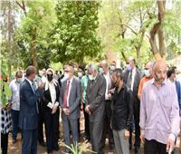رئيس جامعة أسيوط يتفقد الصوبة العلمية لإنتاج نباتات الزينة النادرة