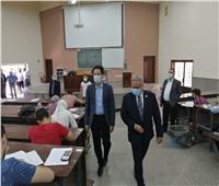 رئيس جامعة بنها يواصل جولاته بتفقد سير الامتحانات بكلية العلوم