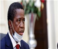 الرئيس الزامبي يتعرض للدوار أثناء مناسبة رسمية.. والتليفزيون يقطع البث المباشر