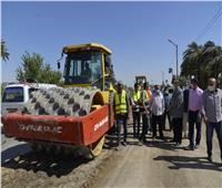 محافظ أسيوط يتفقد أعمال استكمال رصف الطريق الزراعي