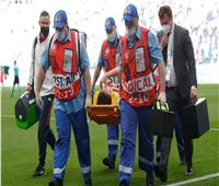 تشخيص أولي.. إصابة لاعب روسيا في العمود الفقري ونقله الى المستشفى