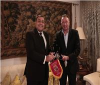 «الخطيب» يُهدي درع وعلم الأهلي لـ «السفير المصري» في تونس