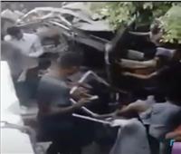 اللقطات الأولي لإصطدام قطار بضائع بأتوبيس نقل عمال فى حلوان