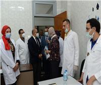 رئيس جامعة أسيوط يتفقد أعمال حملة تطعيم الطلاب بلقاح كورونا