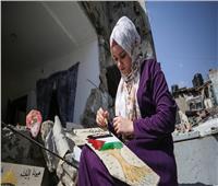 فنانة تحول ركام بيتها المتآثر من عدوان الاحتلال في غزة لتحفة فنية