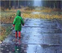هل المشي تحت المطر «خطر»؟.. مفاجأة لمحبي الشتاء