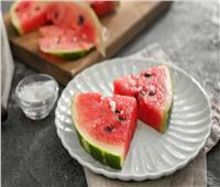 البطيخ بالملح.. أفضل وجبة لمحاربة حر الصيف