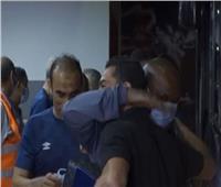 أحمد فتحي يعانق لاعبي الأهلي
