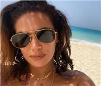 هند صبري تهرب من الحر إلي شاطئ البحر