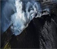 بركان في الفيليبين ينفث غازا ساما ويهدد حياة مئات الآلاف