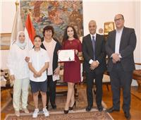 وزيرة الثقافة تلتقى المصرية مريم طاحون اصغر مغنية فى أوبرا فيينا
