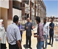 رئيس جامعة الأقصر يتابع أعمال التشطيبات النهائية بالكليات بمدينة طيبة