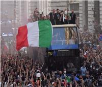بعربة مكشوفة .. موكب أبطال أوروبا في شوارع روما ||صور وفيديو