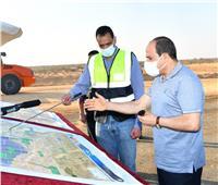 الرئيس السيسي يتفقد مشروعات تطوير محاور وطرق الساحل الشمالي.. صور