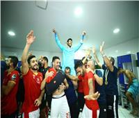 دوري أبطال أفريقيا  احتفالات لاعبي الأهلى داخل غرفة خلع الملابس  صور