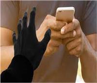 بالفيديو | شخص يقوم بسرقة هاتف محمول من داخل عقار بـ«الدقي»