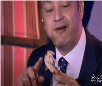 عمرو أديب يتغزل في فرخة يأكلها: «تسلم إيدين اللي اشترى الدبلتين والإسورة»