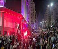 شاهد.. الشعب والجيش جنبا إلى جنب في تونس