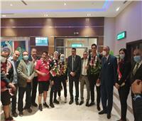 بالورود.. استقبال حافل لهداية ملاك وسيف عيسى بمطار القاهرة«صور»