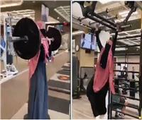فيديو| فتاة منتقبة تقوم بتمارين شاقة في الصالة الرياضية.. تتصدر التريند