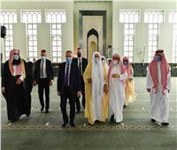 وزير الشؤون الإسلامية السعودي يزور جامع الملك فهد ويوجه بفرشه بالسجاد الفاخر