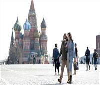 موسكو تبقي على إلزامية الكمامات وتلغي ارتداء القفازات