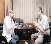 أفضل طبيب بالعالم.. «مصري» يعالج الأورام والفشل الكلوي بـ«النباتات الطازجة»