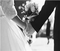 ضابط وطبيب يحملان طرحة والدتهما في زفافها على والدهما
