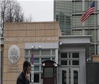السفارة الأمريكية بروسيا: تعذر تقديم الخدمات القنصلية بشكل كامل بسبب حظر التوظيف