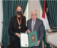 الرئيس الفلسطيني يمنح دبلوماسية سويدية وسام «نجمة القدس»