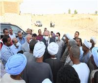محافظ قنا يبحث شكاوى المواطنين بقرية «كرم عمران» بسبب ضعف مياه الشرب