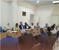 نائب محافظ القاهرة يناقش مع شركة النظافة الخاصة عملها بالمنطقة الشرقية