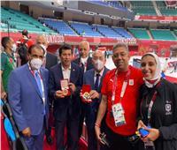 بعثة الإمارات تهدي مصر ميدالية الشيخ زايد آل نهيان بمناسبة ذهبية الكاراتيه