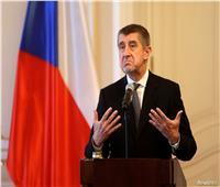 خلال استعراض كتابه الجديد.. رئيس الوزراء التشيكي يتعرض للرشق بالبيض  فيديو