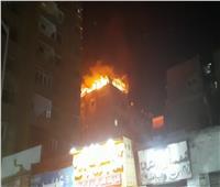 الألعاب النارية السبب.. اللحظات الأولى من حريق سطح عقار بالدقي | فيديو