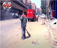 «لقمة العيش» سر تحمل عمال النظافة العمل «في عز الحر».. فيديو