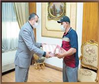«تابلت» هدية لإسراء من وزير الإنتاج الحربي