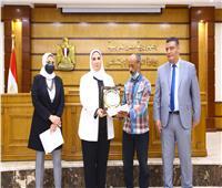 وزيرة التضامن تكرم أهالي شهداء حادثة بئر العبد بشمال سيناء | فيديو