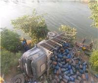 انقلاب سيارة نقل محملة باسطوانات البوتاجاز في ترعة بأسيوط