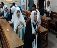 بالصور  عائشة الشاطر تتحدث مع أقاربها بالإشارة في محاكمتها بـ«تمويل الإرهاب»