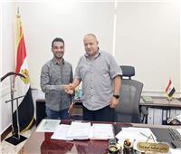 «كهرباء مصر العليا» تكرم «الأسد» الذي حول أكشاك الكهرباء إلى لوحات فنية.. صور