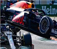 هاميلتون ينجو بأعجوبة من حادث خطير في سباقات «الفورمولا 1»| فيديو