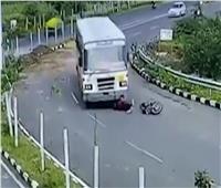 نجاة سائق دراجة نارية هندي بإعجوبة.. سقط أسفل عجلات حافلة
