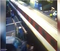 بسبب تعاطي الكحوليات..تصادم مروع لسيارة بقطار سريع في بريطانيا   فيديو