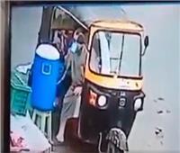 شرب منه ثم سرقه.. سائق توك يستولى على «كولمان مياه» بأحد الشوارع| فيديو