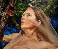 نيللي كريم تتسلق على الأشجار في جلسة تصوير شاركت بها جمهورها على «فيسبوك»