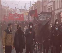 تحطيم نوافذ وإلقاء مفرقعات على مركز للشرطة خلال مظاهرة بـ«ألمانيا»  فيديو